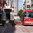 ③交番と赤いバス