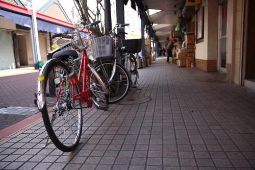 ⑧赤い自転車ともんじゃストリート